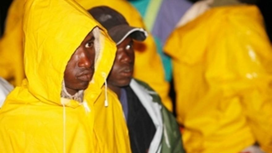 Varias de las personas que desembaracó en Arguineguín. (EP)