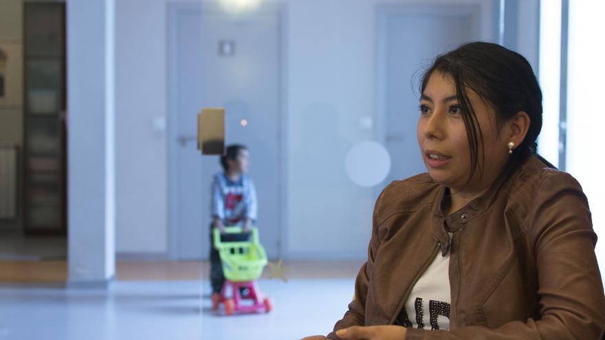 Elizabeth Cárdenas, de 24 años, trabaja a tiempo parcial como  auxiliar de enfermería en una residencia de ancianos. Con los 450 euros que   cobra viven ella y su hijo Daniel de 3 años