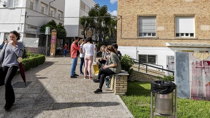 Estudiantes en una de las zonas de la Facultad de Medicina de Sevilla