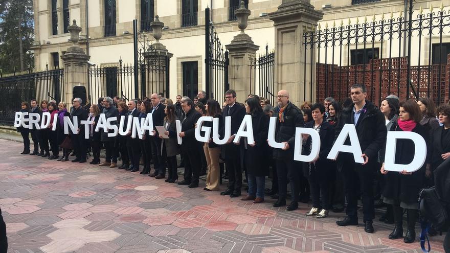Concentración de políticos ante el Parlamento vasco.