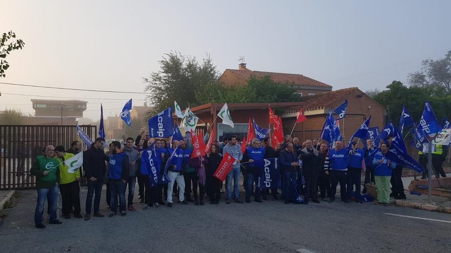 Trabajadores del centro penitenciario de 'La Torrecica' en Albacete, durante la concentración de este miércoles.