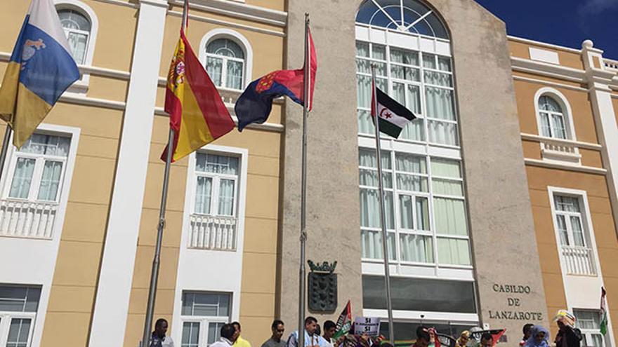 Izado de la bandera delSáhara en el Cabildo de Lanzarote.