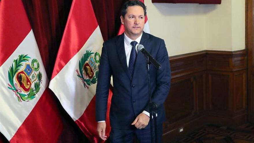 El presidente del Congreso peruano, enfrentado a su partido, llama nefasta a una ley