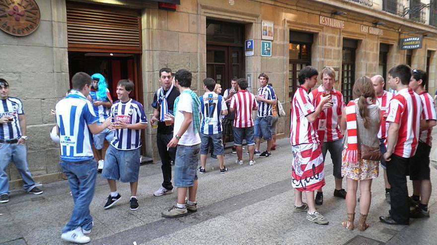 Aficionados del Athletic y de la Real Sociedad confraternizan antes del partido.