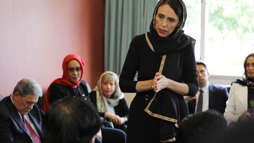 Jacinda Ardern en un encuentro con la comunidad musulmana después del atentado de Christchurch.