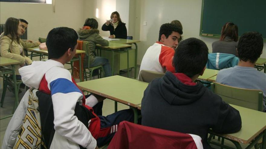 Las carencias económicas condicionan el futuro académico de los adolescentes. \ EFE