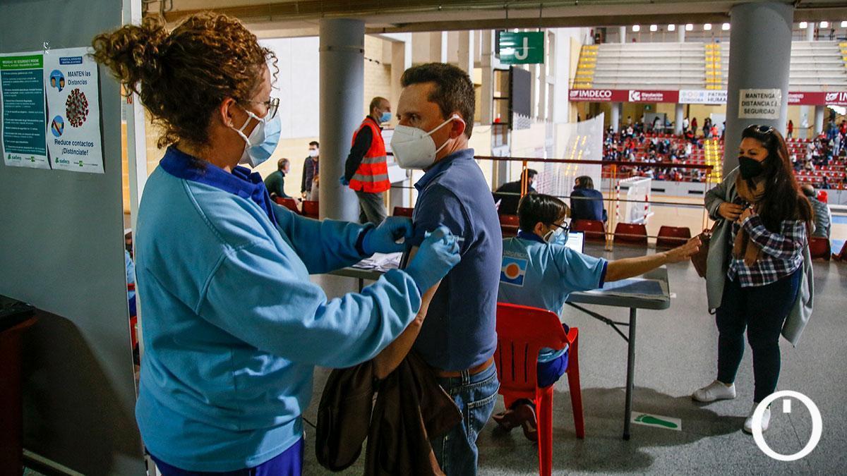 Vacunación de profesores en el pabellón Vista Alegre