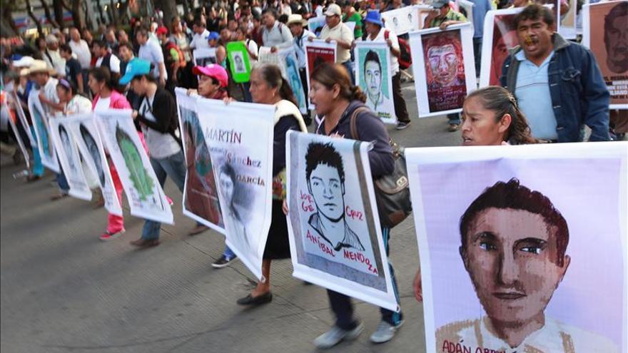 El fiscal mexicano se reúne con familiares de los 43 jóvenes desaparecidos