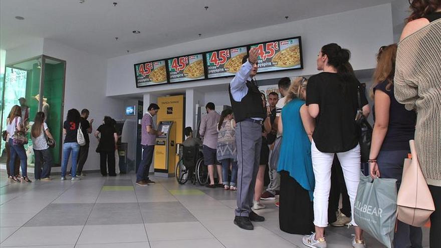 Los cajeros automáticos funcionan con normalidad, dice la banca griega