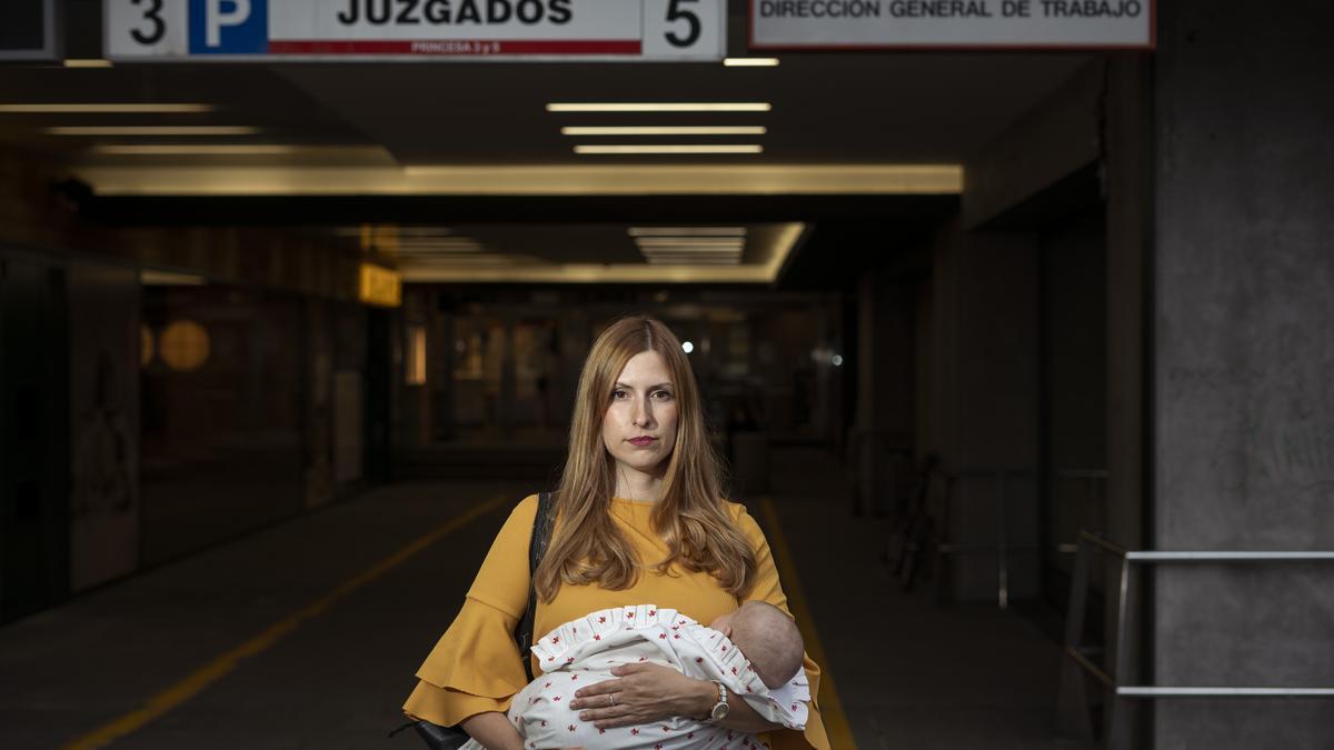 La abogada Mónica Gil a las puertas de los juzgados de lo Social en Madrid.