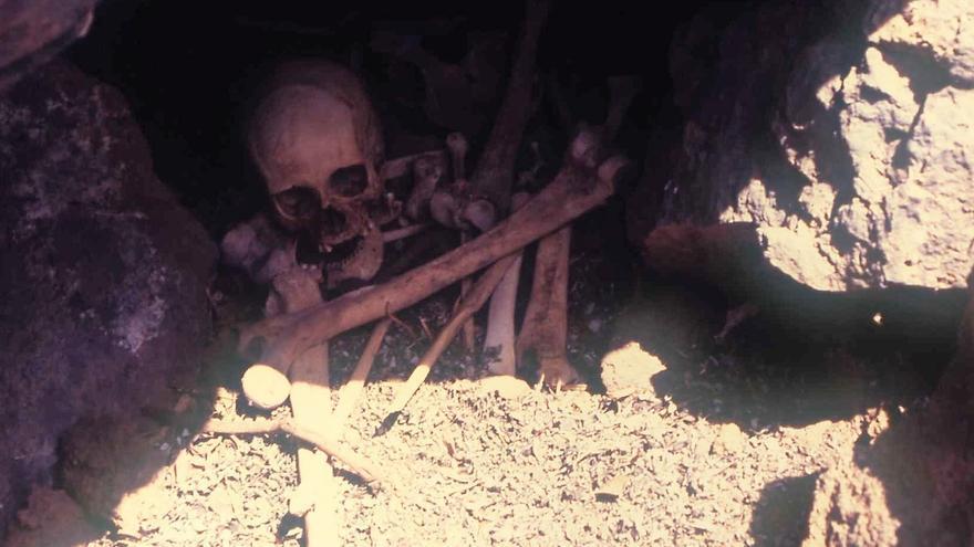 Restos humanos expoliados en la necrópolis del Barranco de Fernando Porto (Garafía) en julio de 1996.