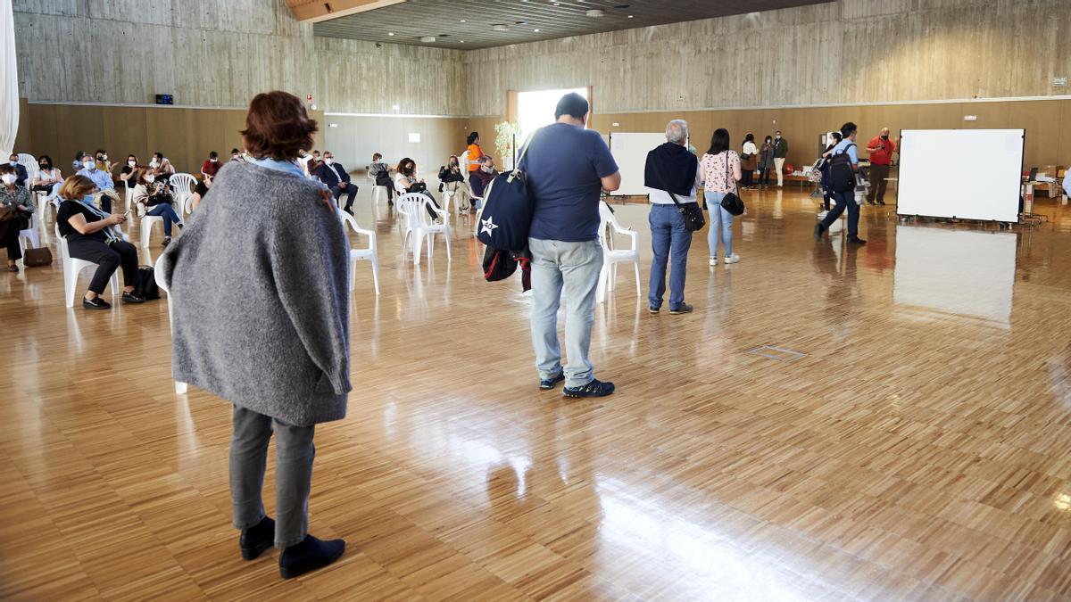 Archivo - Varias personas en el dispositivo de vacunación masiva frente al Covid-19, en el Palacio de Exposiciones y Congresos de Santander.