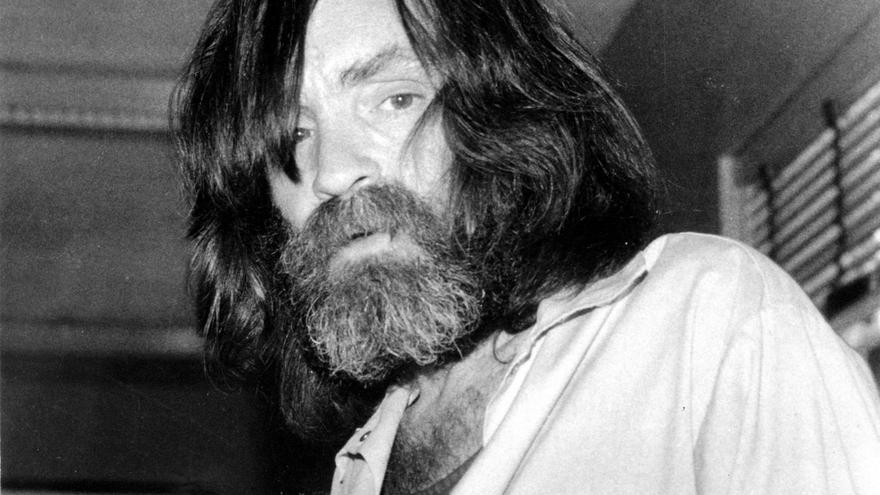 10 de junio de 1981. Charles Manson es fotografiado durante una entrevista para la televisión en un centro médico en Vacaville, California.