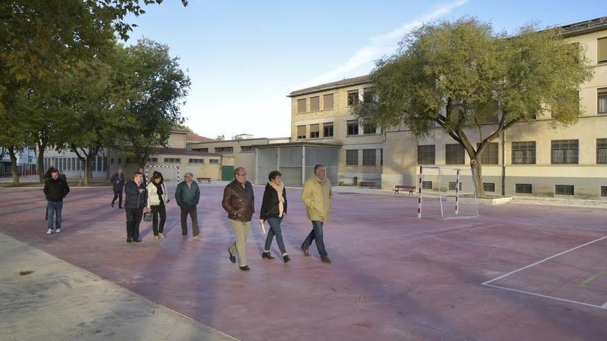 Concejales de Pamplona visitan Echavacoiz, que cuenta con nuevos ascensores y un nuevo patio en el colegio público