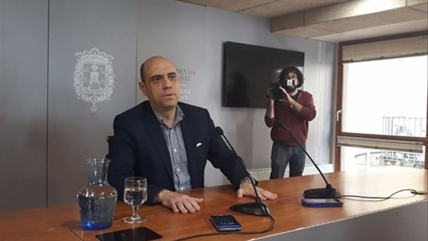 El socialista Gabriel Echávarri en el moment d'anunciar que dimitiria el 9 d'abril.