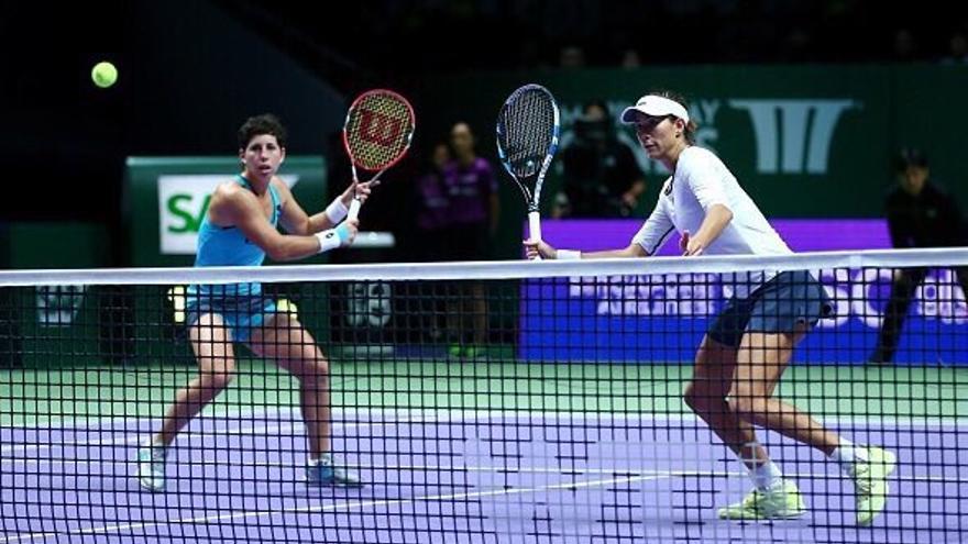 La pareja española de tenis formada por la grancanaria Carla Suarez y la hispano-venezolana Garbiñe Muguruza en Singapur disputando un partido del Masters. (Twitter oficial de Carla Suarez).