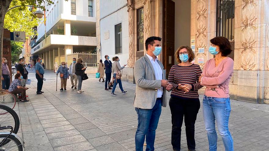 Pedro García, Alba Doblas y Amparo Pernichi, con ciudadanos al fondo haciendo cola ante el Registro municipal.