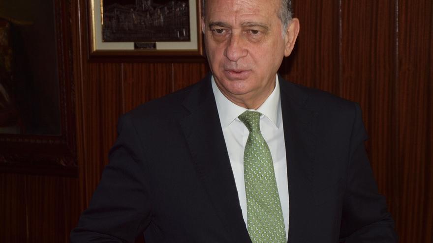 """El ministro del Interior dice que """"no se puede estar más de acuerdo"""" con el Rey"""