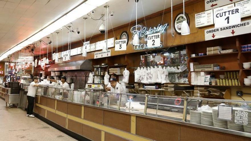 """Las pequeñas empresas que participan están ubicadas en 62 vecindarios, sirven 27 distintos estilos culinarios y, a través del núcleo centralizado """"Dine in NYC"""" (""""Cena en NYC""""), ofrece información sobre los servicios a domicilio, comidas para llevar y otras ofertas aún disponibles en la Gran Manzana."""