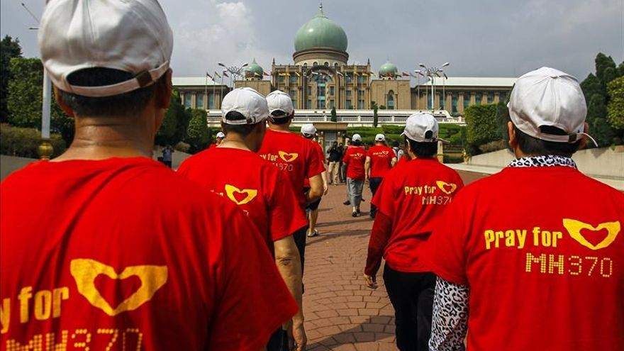 Familiares de los pasajeros del avión de Malaysia Airlines protestan en Pekín