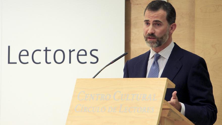 El príncipe anima a mantener liderazgo en edición de libros pese a la crisis