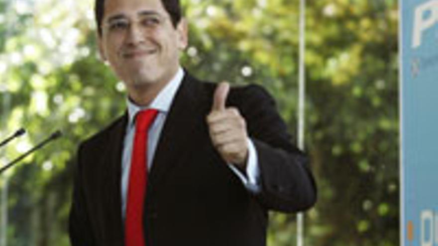 Ángel Llanos, un demócrata en el Parlamento, aunque en plan asesor.