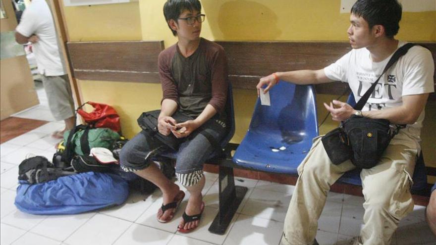 Los equipos de rescate bajan los cadáveres de los 4 turistas muertos en el Mayón