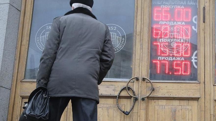 La cotización oficial del rublo frente al dólar marca un nuevo mínimo histórico