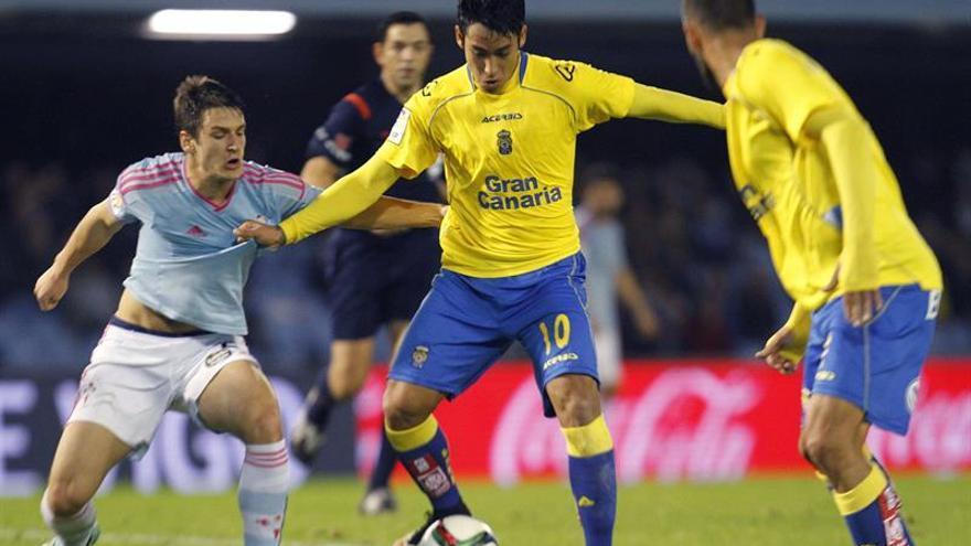 El centrocampista serbio del Celta de Vigo Nemanja Radoja y el delantero argentino de Las Palmas Sergio Ezequiel Araujo durante el partido de la Copa del Rey. EFE / Salvador Sas