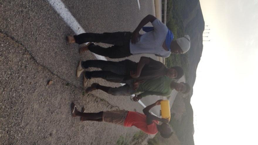Varios jóvenes subsaharianos beben agua en las carreteras próximas a la frontentar de Marruecos con Ceuta   E. G.