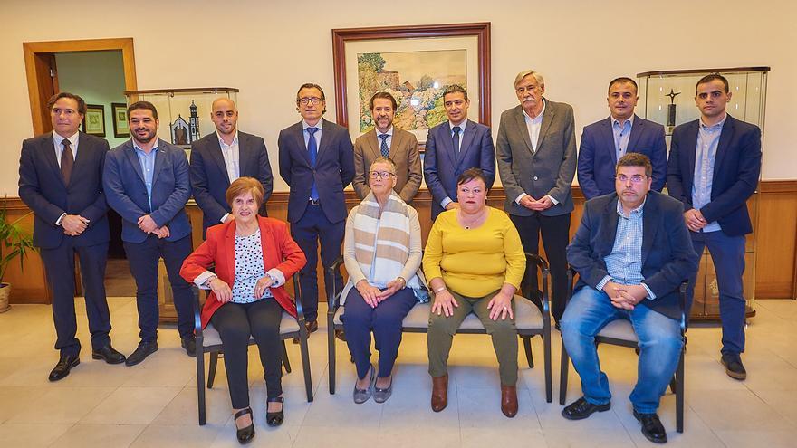 Foto de familia con autoridades locales, insulares y canarias y los premiados en 2019