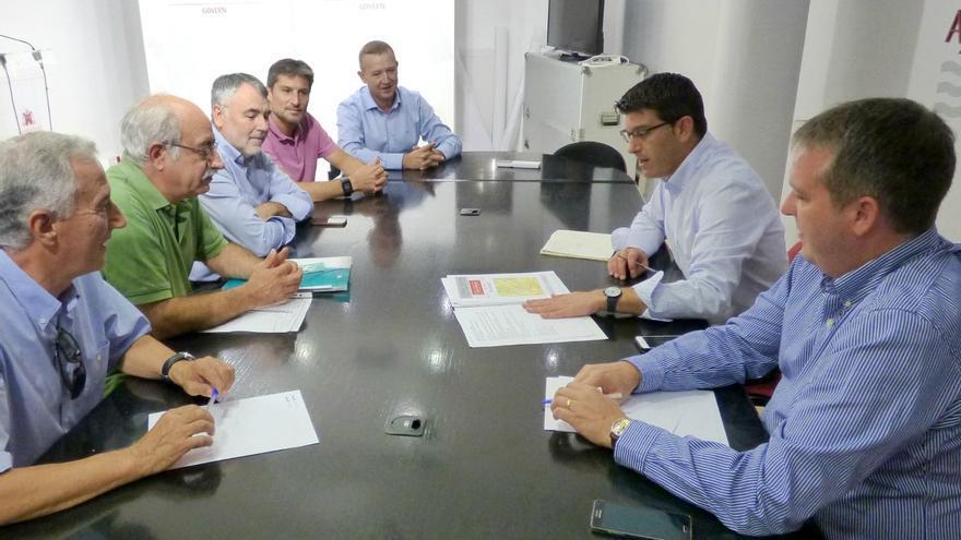 Imatge de la reunió entre els empresaris i l'Ajuntament d'Ontinyent