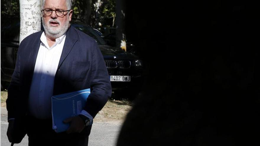 """Almunia defiende a Cañete """"desde el punto de vista político y personal"""""""