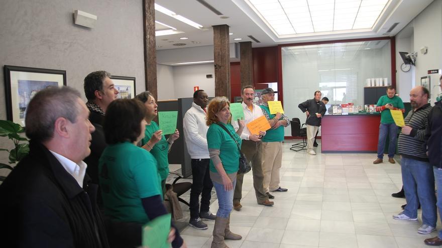 La PAH ocupa una oficina de Kutxabank en Santander para detener un desahucio