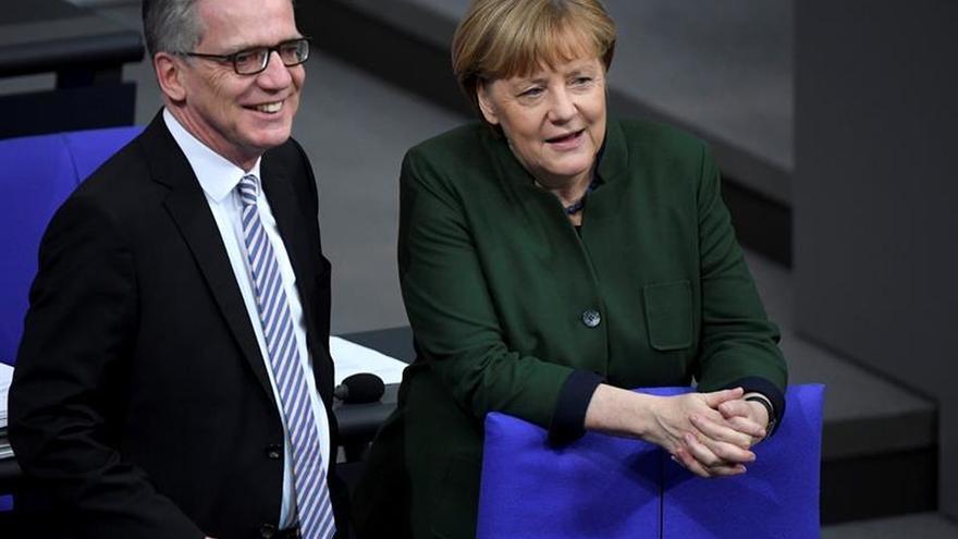 Merkel promete que Alemania no se aislará y defiende las alianzas con la UE y EEUU