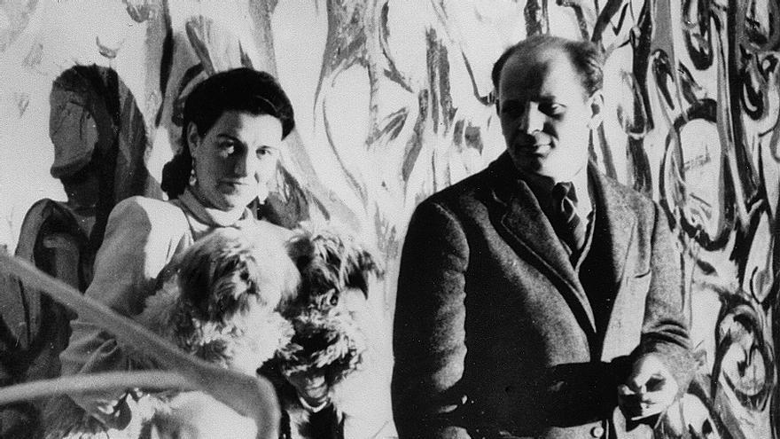 Peggy Guggenheim con Jackson Pollock, en la foto que abre la exposición.