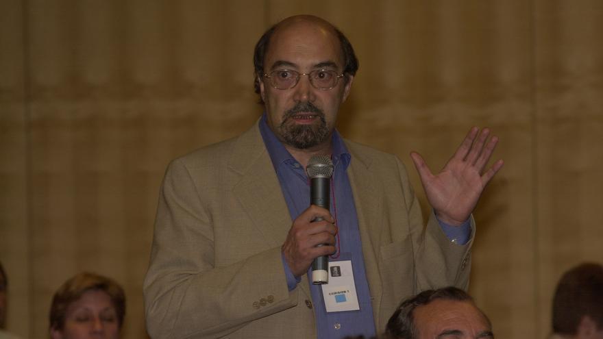 José Acosta durante la Conferencia Política del PSOE celebrada en julio de 2001 / Foto: EFE.