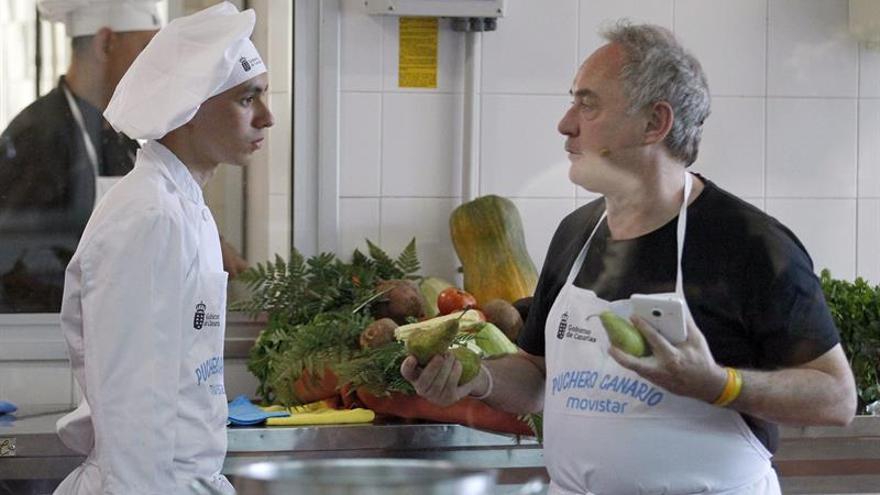El chef catalán se comunica con un alumno ayudante, este martes en el IES Virgen de la Candelaria