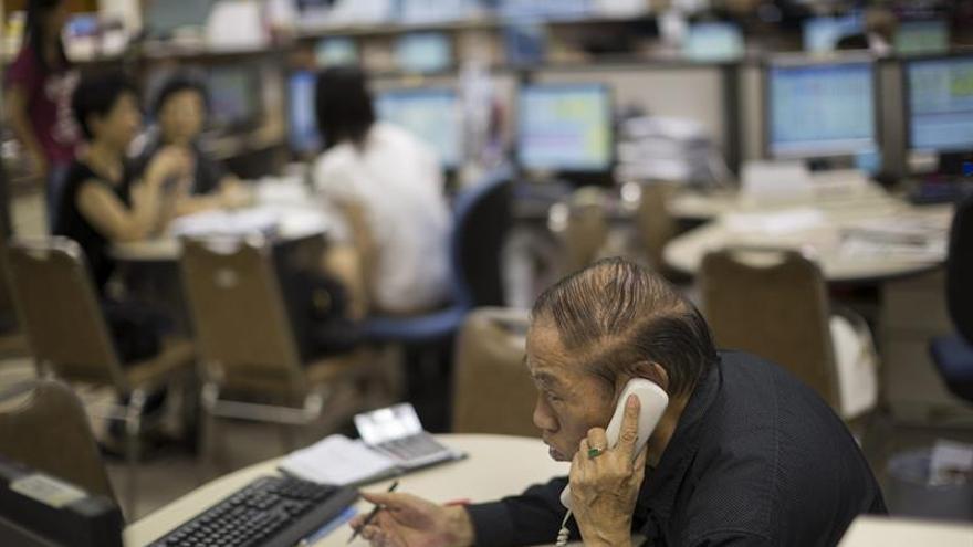 El índice Hang Seng baja 0,19 puntos, el 45,51 por ciento, a media sesión