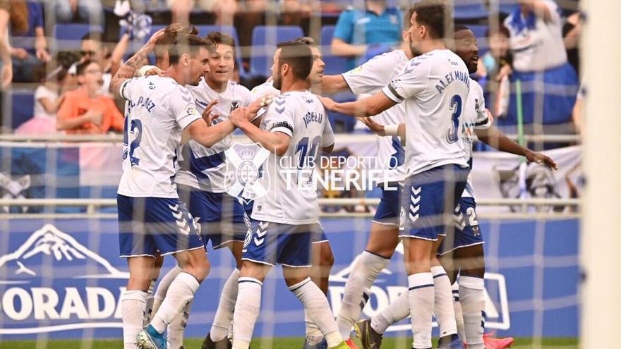 Los jugadores del CD Tenerife celebrando el gol del triunfo.
