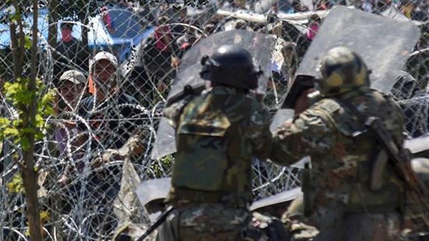 Enfrentamientos el domingo entre refugiados y migrantes y la policía de Macedonia, que reprimió la protesta con gases lacrimógenos y pelotas de goma. | EFE
