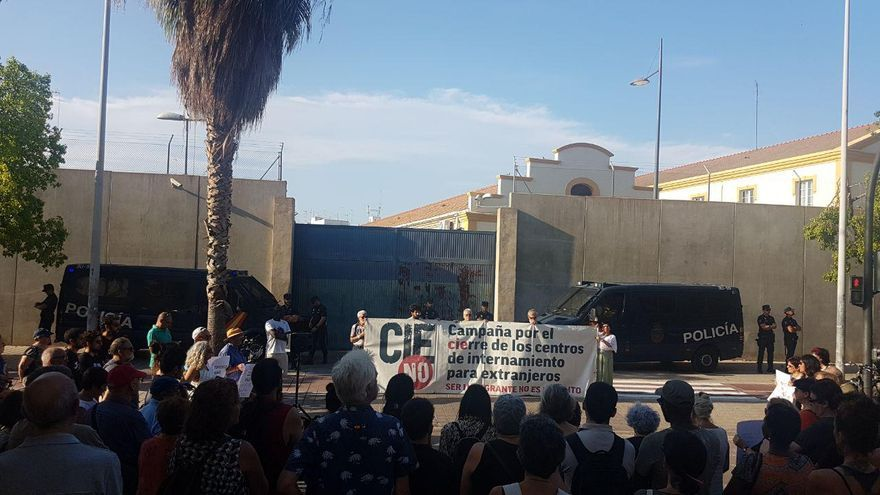 La plataforma 'CIES No' concentra a un centenar de personas por la muerte de un joven marroquí en Zapadores