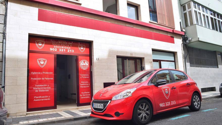 Vehículo de Sinergias de Vigilancia y Seguridad en la sede de la empresa