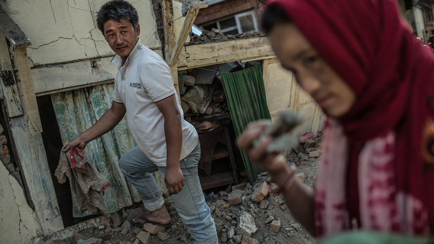 Tika junto a su marido Ramesh empiezan a remover escombros en busca de alguna pertenencia que puedan recuperar./ Pablo Tosco (Oxfam Intermón).