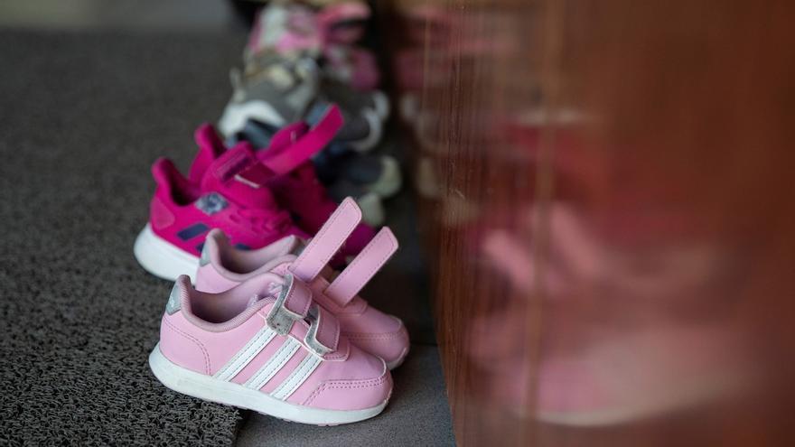Los niños deben dejar en la entrada del centro el calzado que traen de la calle durante la reapertura de la escuela infantil Las Viñas en Pozuelo, Madrid este miércoles.
