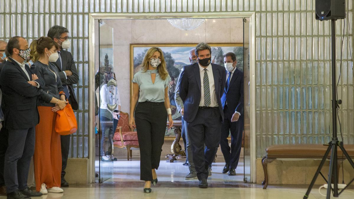 La vicepresidenta y ministra de Trabajo, Yolanda Díaz, y el ministro de la Seguridad Social, José Luis Escrivá, comparecen en la firma del quinto acuerdo de prórroga de los ERTE, este 27 de mayo.