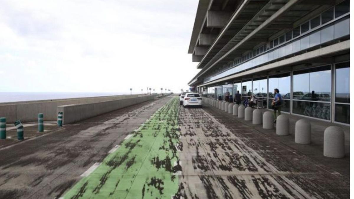 Aeropuerto de La Palma con resto de ceniza volcánica.