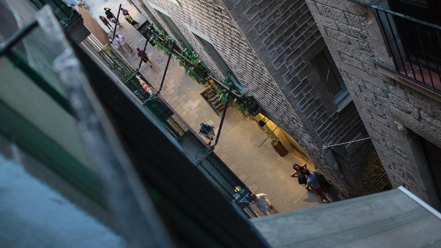 Imagen de la calle Flassaders vista desde el balcón de Montserrat Comas. /ENRIC CATALÀ