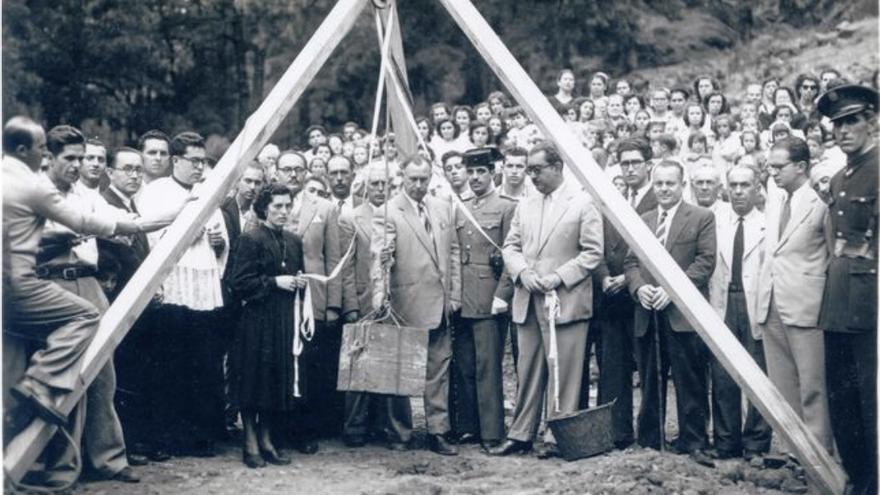 Momento del homenaje y colocación de la primera piedra en 1952.
