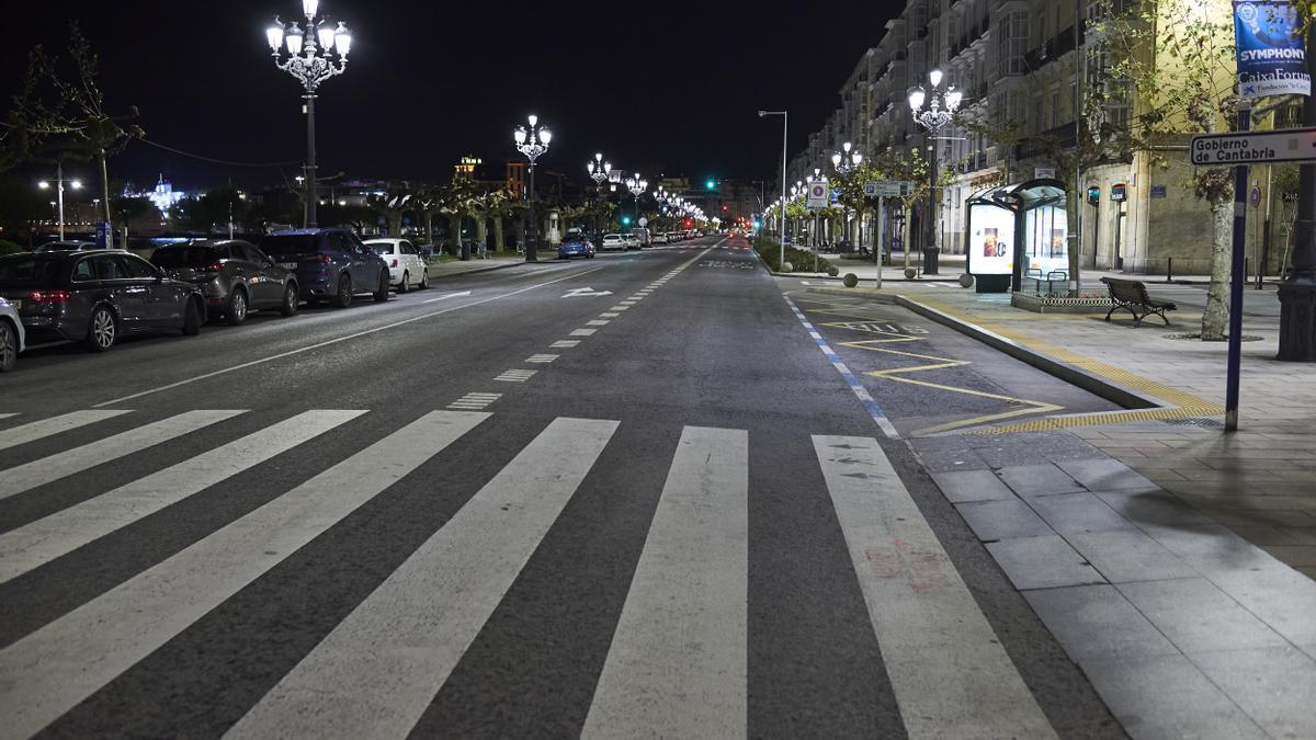 Paseo Pereda de Santander vacío cuando estaba en vigor el toque de queda.